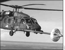 Helicóptero dos USA a ser abastecido no ar (CNN Março, 1, 2000)